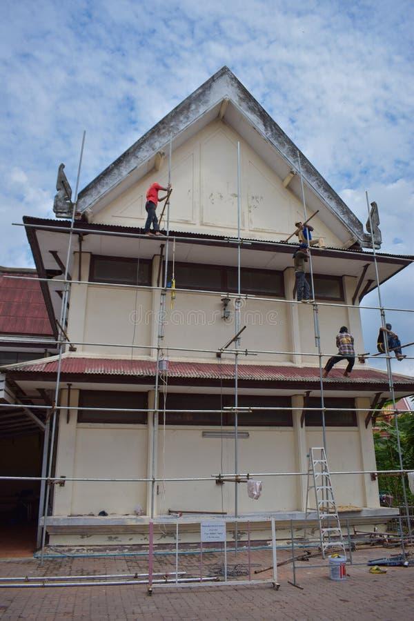 DON MUANG TAJLANDIA, MAJ, - 02 2018: Pracownicy budowlani są farbą fotografia royalty free