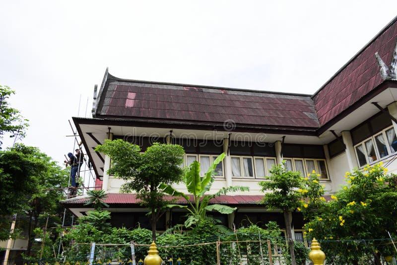 DON MUANG TAJLANDIA, MAJ, - 02 2018: Pracownicy budowlani są farbą fotografia stock