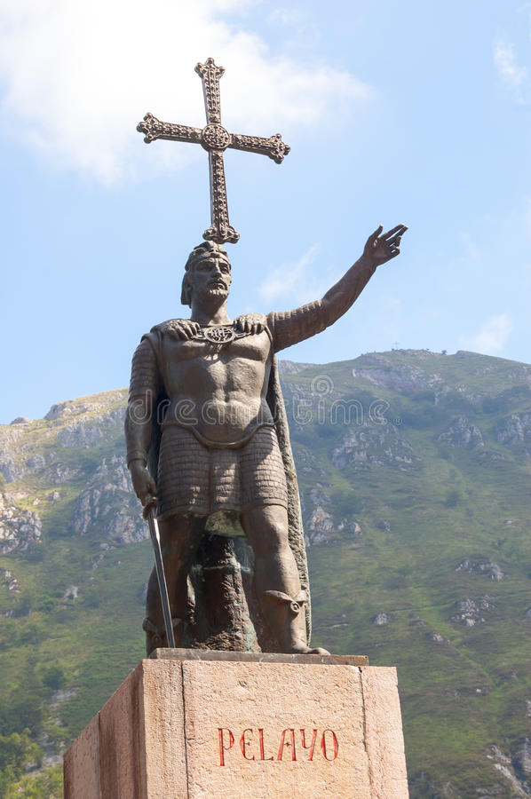Don Pelayo-standbeeld in Covadonga stock fotografie