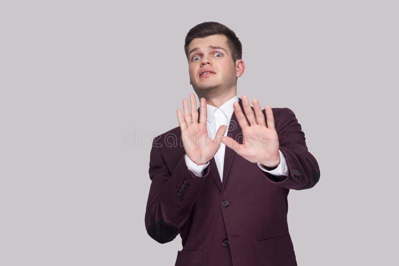 Don por favor o ` t tocam em me Retrato do homem novo considerável assustado dentro foto de stock royalty free