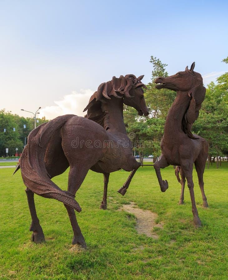 DON ROSJA, CZERWIEC, - 18, 2016: Rzeźba żelazni konie w parku miasto Rostov blisko lotniska fotografia stock