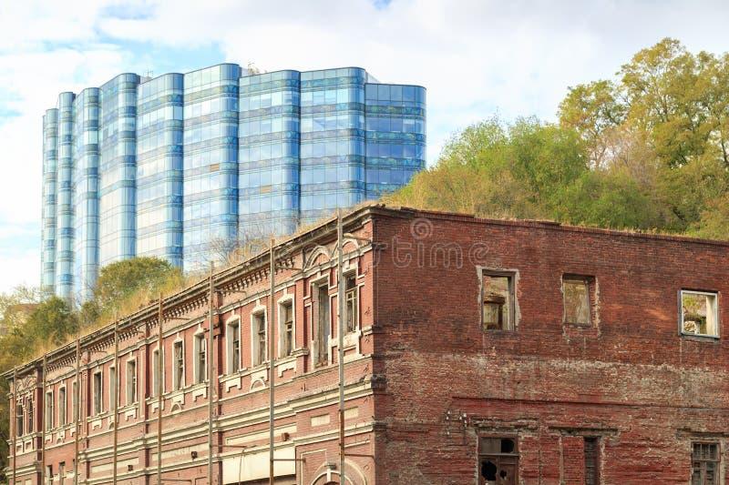 DON, ROSJA, 07 2017 PAŹDZIERNIK: Stary obdrapany budynek na ulicie w mieście Don przeciw tłu zdjęcia royalty free