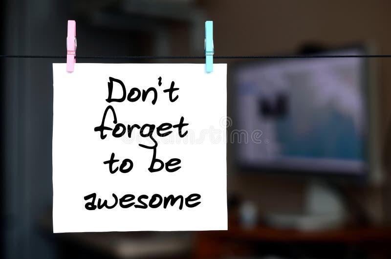 Don' t olvida ser impresionante La nota se escribe en una etiqueta engomada blanca t imagen de archivo