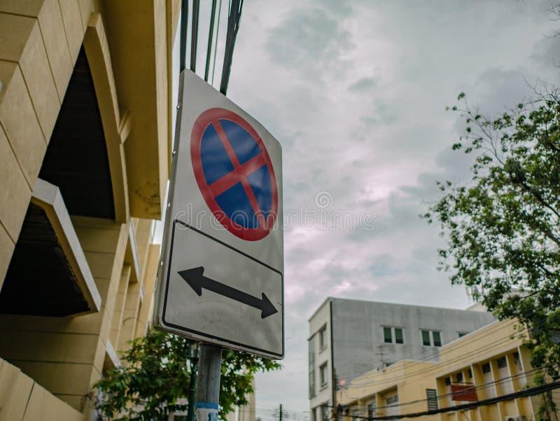 Don ` t parking podpisuje wewnątrz miasto zdjęcia stock