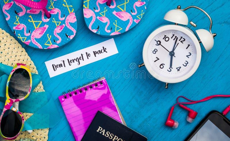 Don ` t zapomina Pakować spokojnego życia pojęcie w jaskrawych kolorach i błękit deska, mieszkanie kłaść w roczników brzmieniach zdjęcie stock