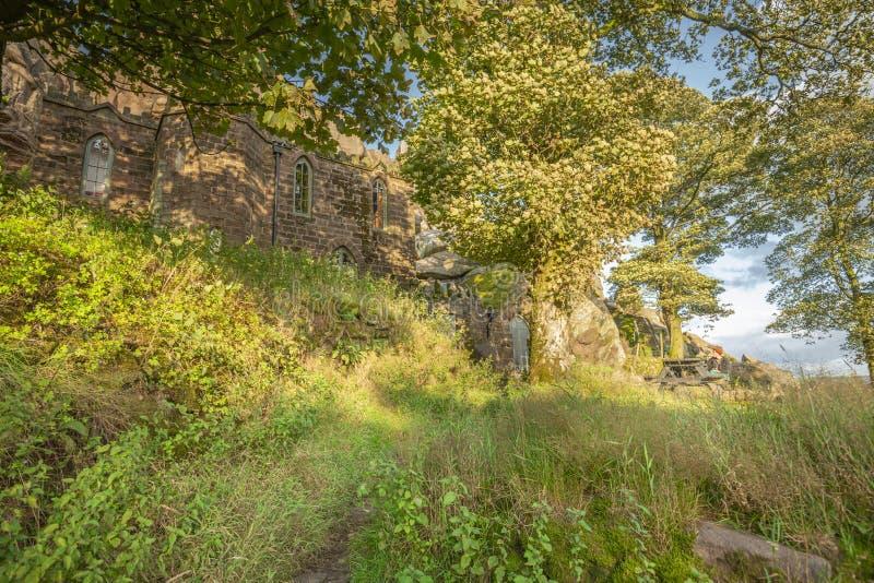 Don Whillans Memorial Hut på sommaren i Peak District arkivfoton