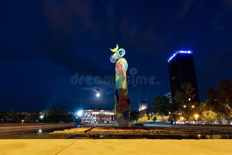 Dona ι Ocell - γυναίκα και πουλί - Joan Miro Βαρκελώνη στοκ φωτογραφία