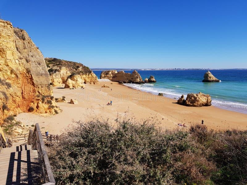 Dona Ana Beach em Lagos, o Algarve foto de stock