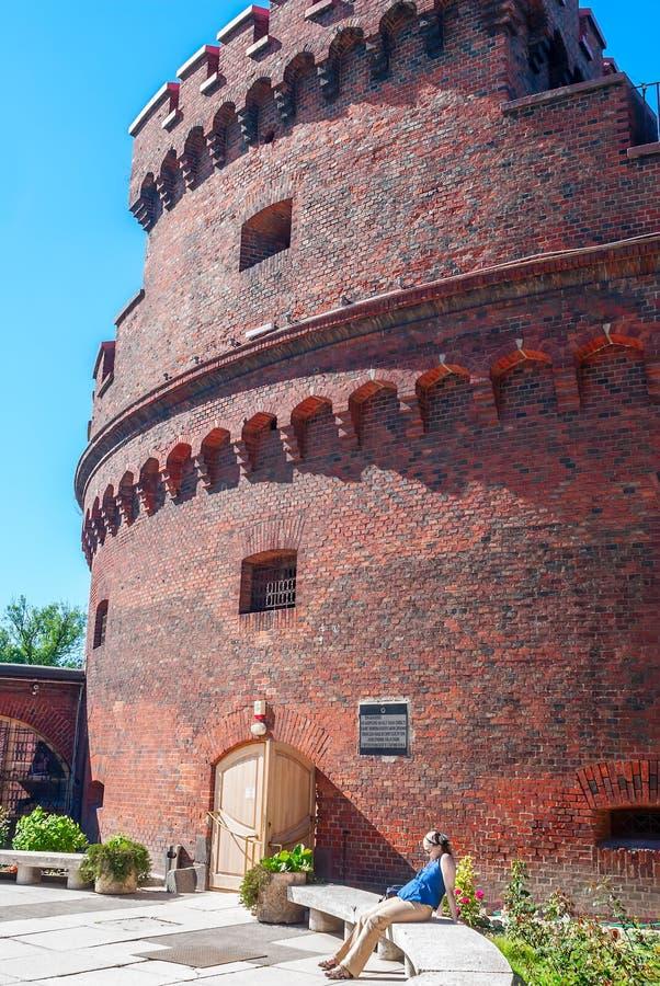 Dona da torre na costa do lago Verkhneye. Kaliningrad foto de stock