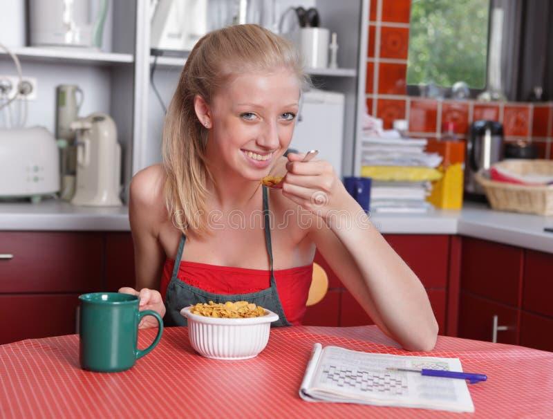 Dona de casa afluente que come o pequeno almoço fotos de stock