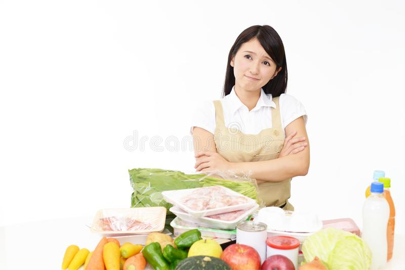 Dona de casa asiática no avental foto de stock