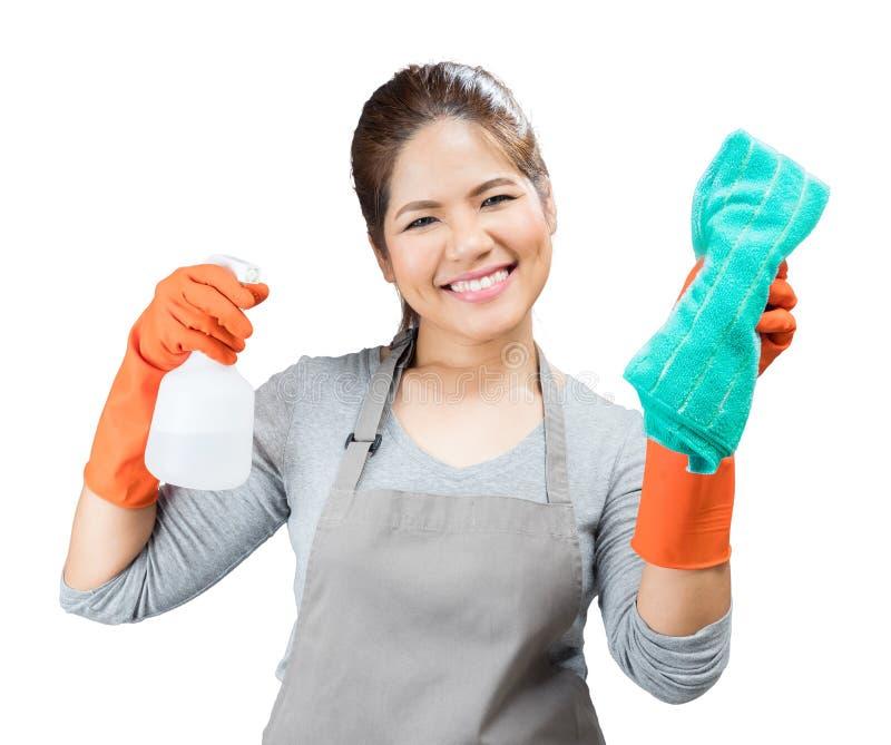 Dona de casa asiática que guarda a garrafa e o pano do pulverizador imagens de stock