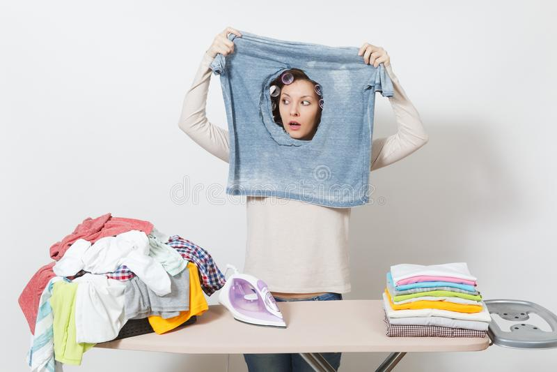 Dona de casa bonita nova Mulher isolada no fundo branco Conceito das tarefas domésticas Copie o espaço para a propaganda imagens de stock royalty free