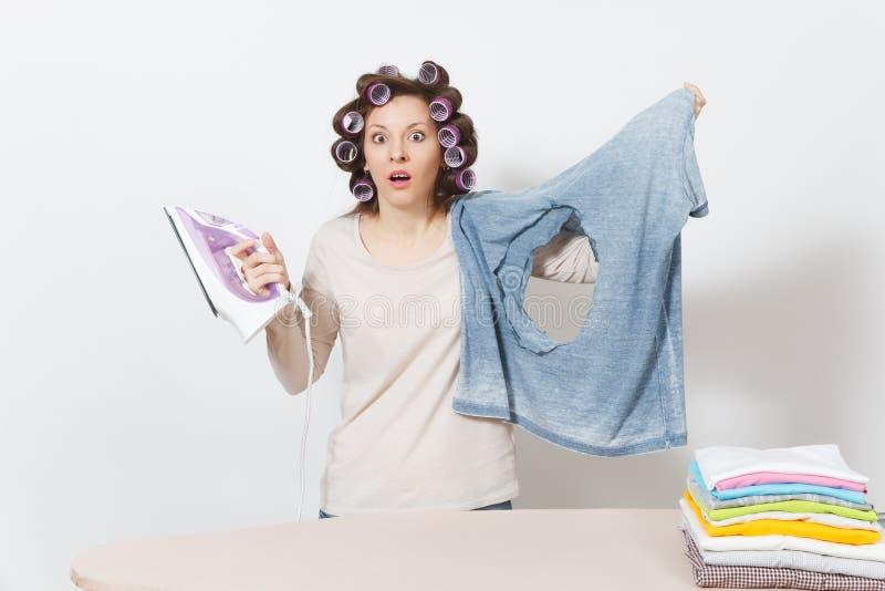 Dona de casa bonita nova Mulher no fundo branco Conceito das tarefas domésticas Copie o espaço para a propaganda fotografia de stock