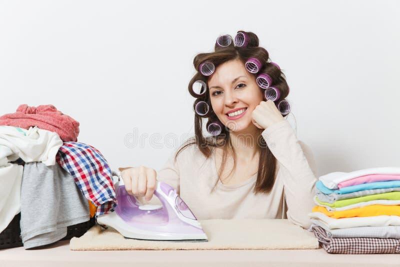 Dona de casa bonita nova Mulher no fundo branco Conceito das tarefas domésticas Copie o espaço para a propaganda foto de stock royalty free