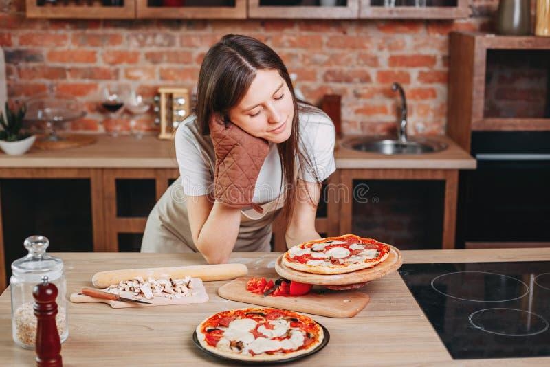 Dona de casa cansado com pizza caseiro imagem de stock