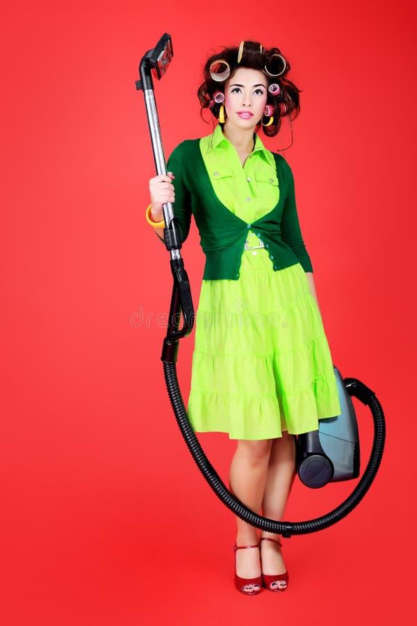 Dona de casa com aspirador de p30 fotos de stock royalty free