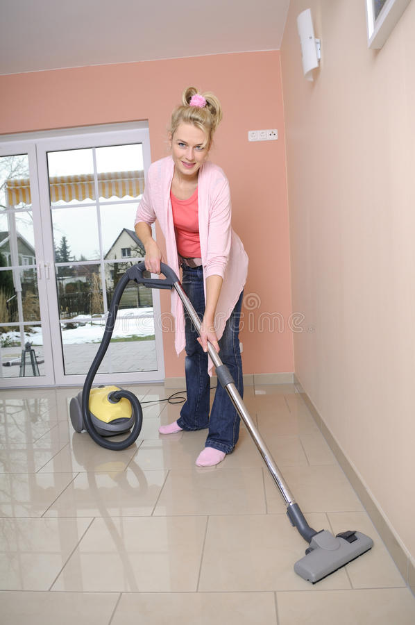 Dona de casa com aspirador de p30 imagens de stock