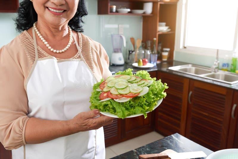 Dona de casa com salada foto de stock