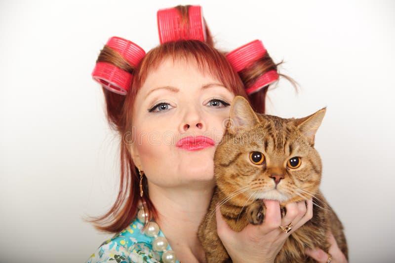 Dona de casa com um gato fotos de stock royalty free