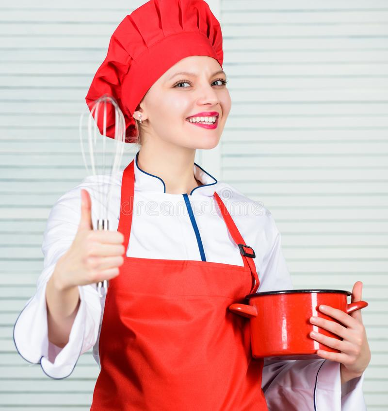 Dona de casa com utens?lio de cozimento mulher feliz que cozinha o alimento saud?vel pela receita Cozinheiro chefe profissional n fotografia de stock
