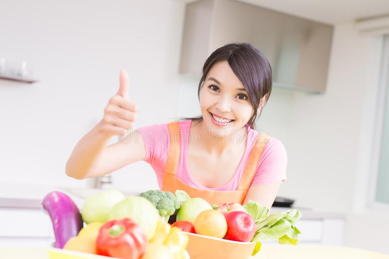 Dona de casa da beleza na cozinha imagens de stock royalty free