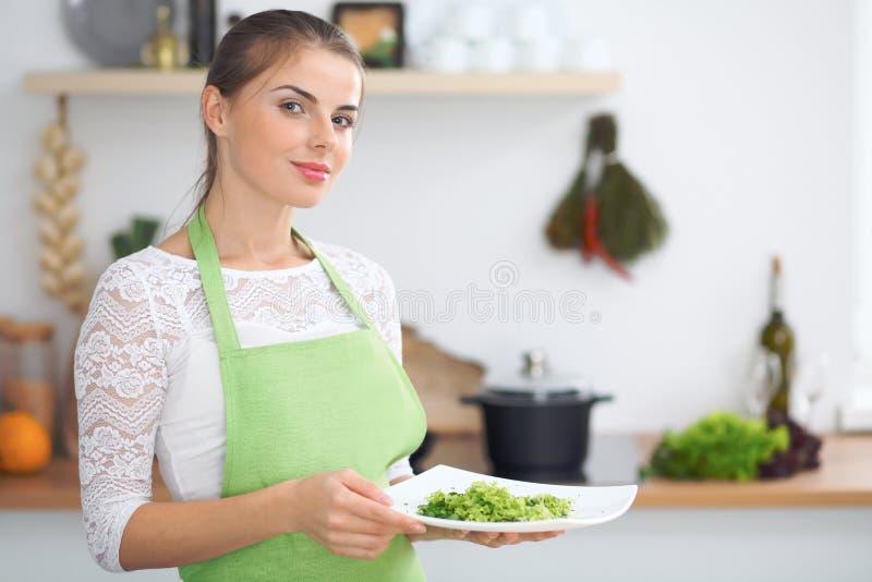 Dona de casa da jovem mulher que cozinha na cozinha Conceito da refeição fresca e saudável em casa imagens de stock royalty free