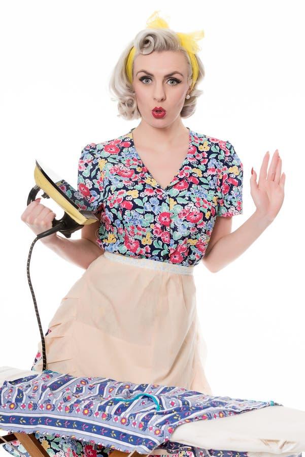 Dona de casa dos anos 50 que pressiona a roupa com ferro do vintage, c cômico fotografia de stock royalty free
