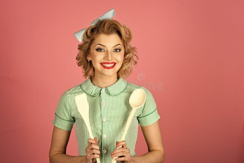 Dona de casa Empregada com utensílio da cozinha, agregado familiar imagens de stock