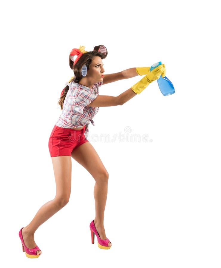 A dona de casa engraçada limpa e desinfeta para manter os germes, vírus e bactérias longe fotografia de stock