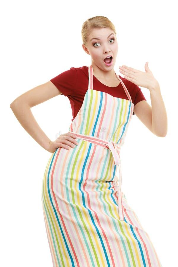 Dona de casa engraçada no avental da cozinha imagens de stock