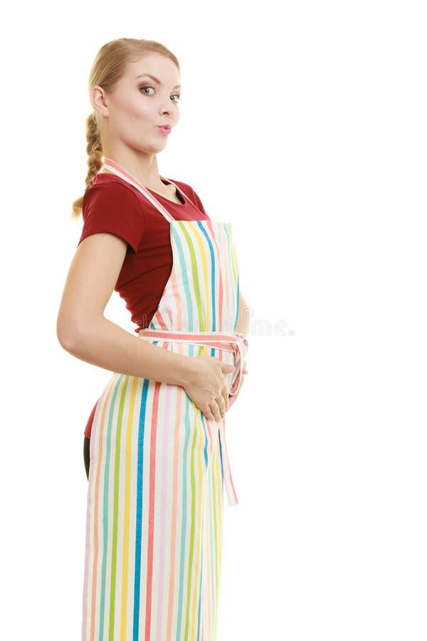 Dona de casa engraçada no avental da cozinha fotografia de stock