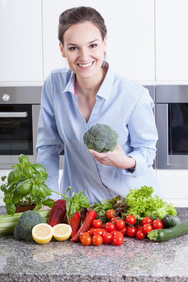 Dona de casa feliz que prepara o jantar fotografia de stock