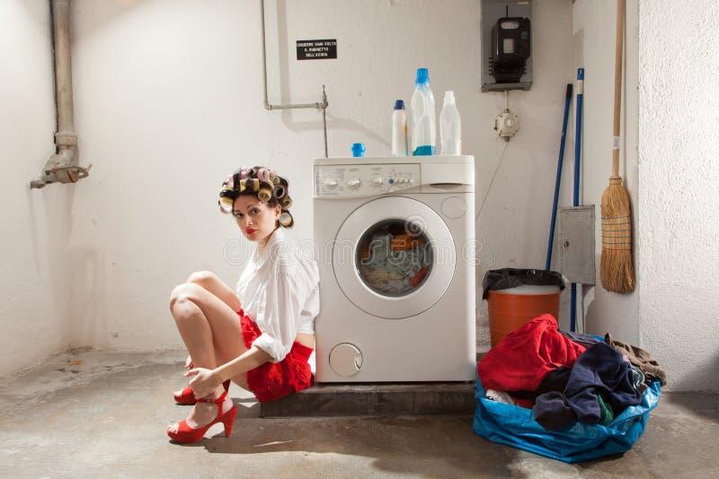 Dona de casa furada na lavanderia foto de stock royalty free