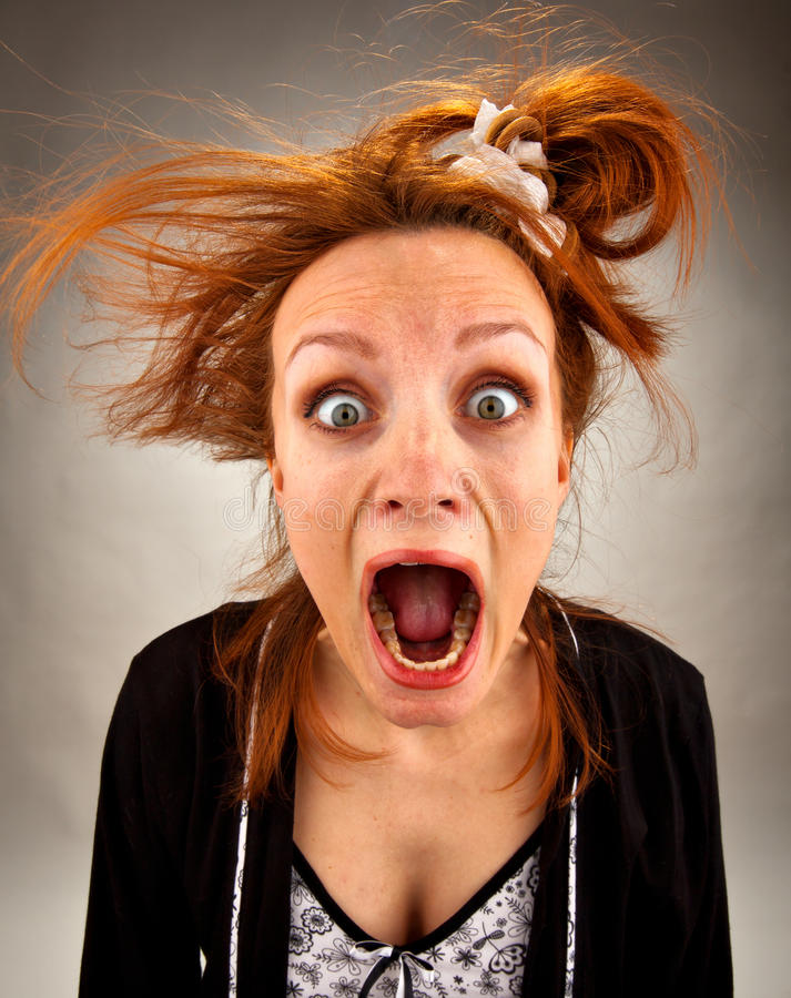 Dona de casa gritando muito surpreendida foto de stock