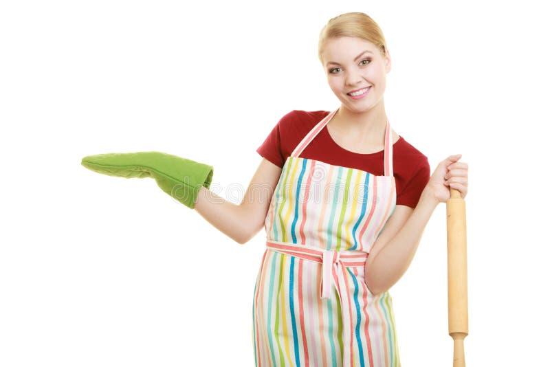 A dona de casa guarda a palma aberta da exibição do pino do rolo do cozimento foto de stock