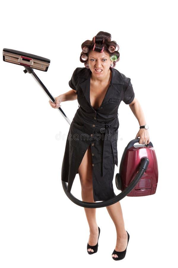 Dona de casa irritada com um aspirador de p30 foto de stock