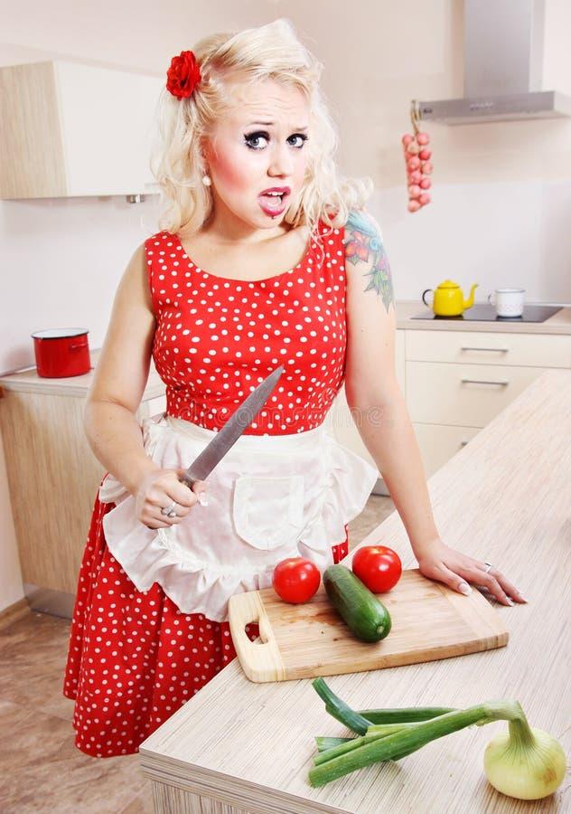 Dona de casa louca na cozinha foto de stock royalty free