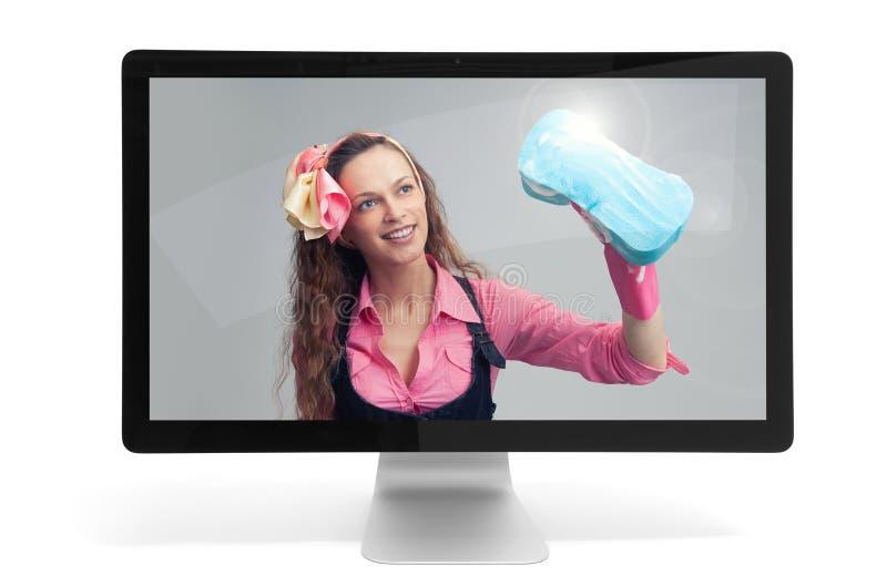 Dona de casa no monitor do computador fotos de stock royalty free