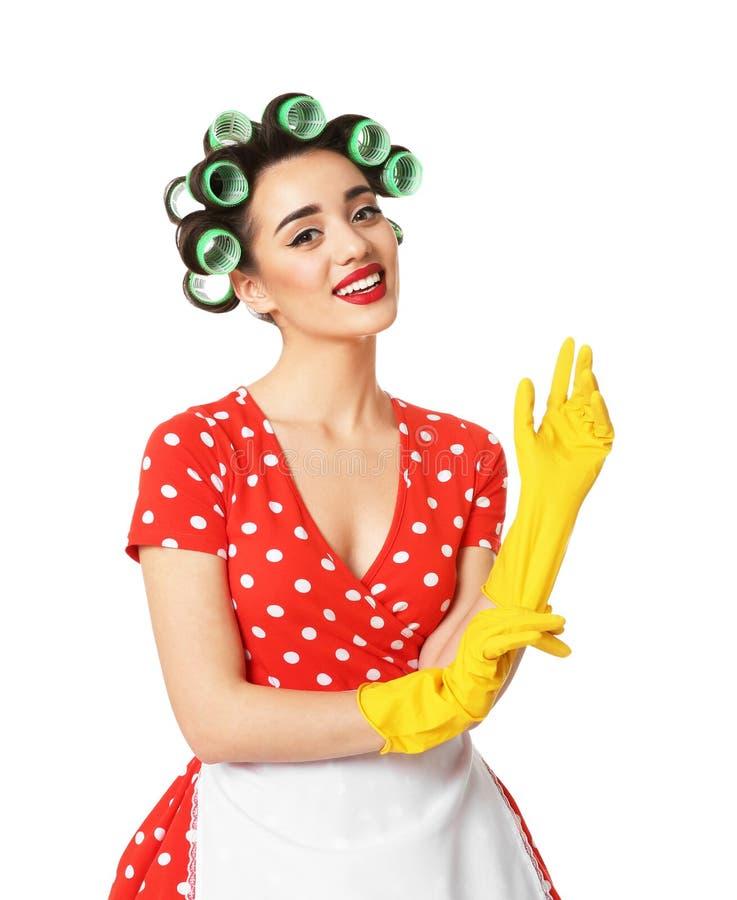 Dona de casa nova engraçada com colocação dos rolos do cabelo imagens de stock