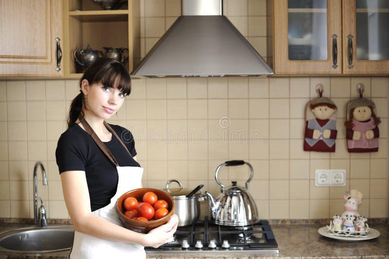 Dona de casa nova na cozinha imagem de stock