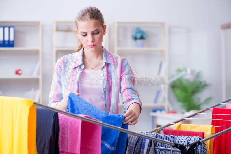 A dona de casa nova que faz a lavanderia em casa fotografia de stock royalty free