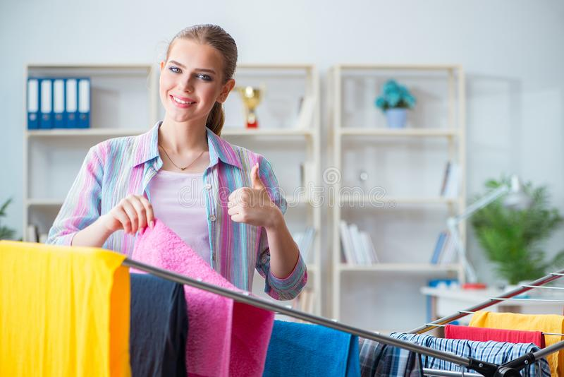 A dona de casa nova que faz a lavanderia em casa foto de stock royalty free