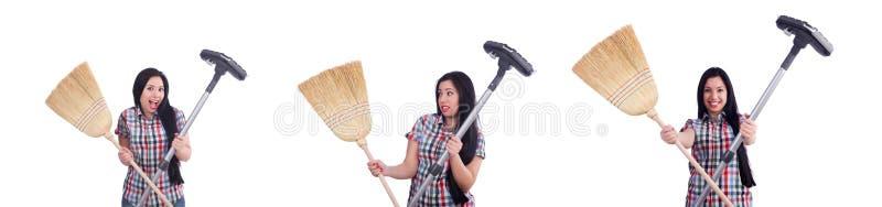 Dona de casa nova que faz tarefas dom?sticas no branco foto de stock