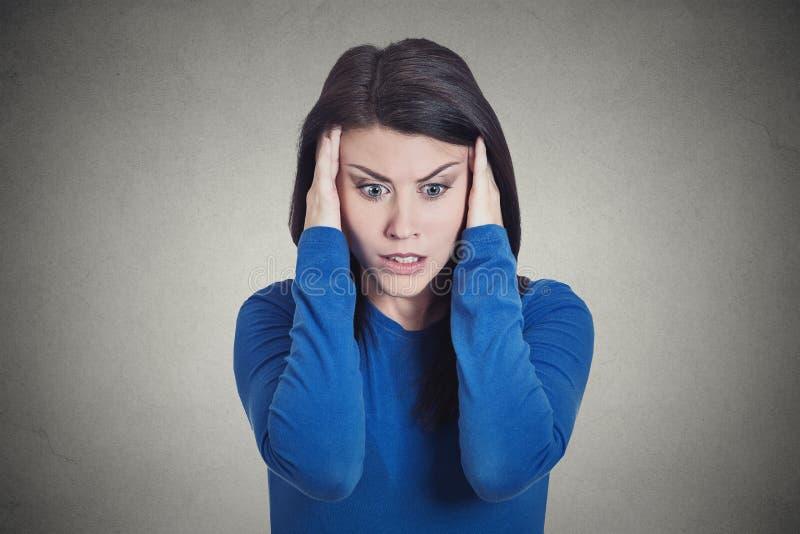 Dona de casa nova triste forçada, mulher que tem a enxaqueca, dor de cabeça de tensão foto de stock