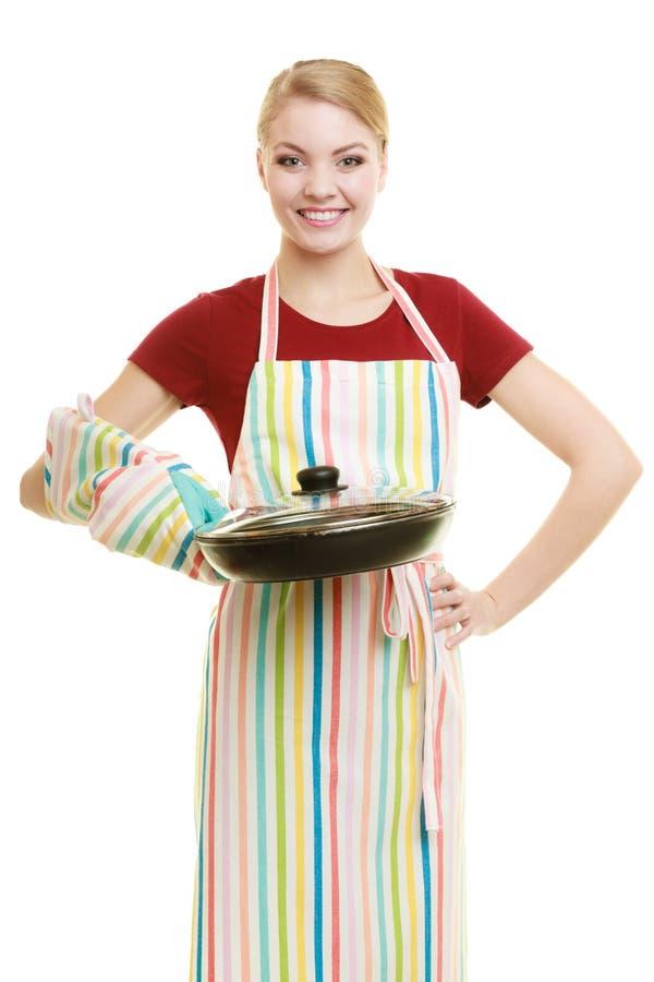 Dona de casa ou cozinheiro chefe no avental da cozinha com frigideira do frigideira fotos de stock royalty free
