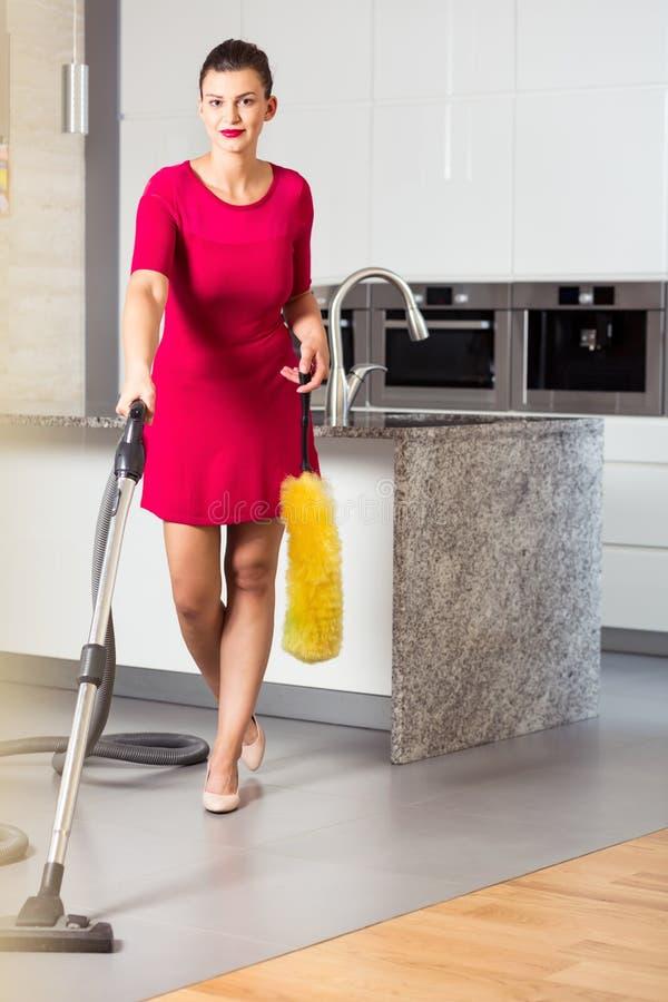 Dona de casa perfeita com aspirador de p30 fotos de stock royalty free