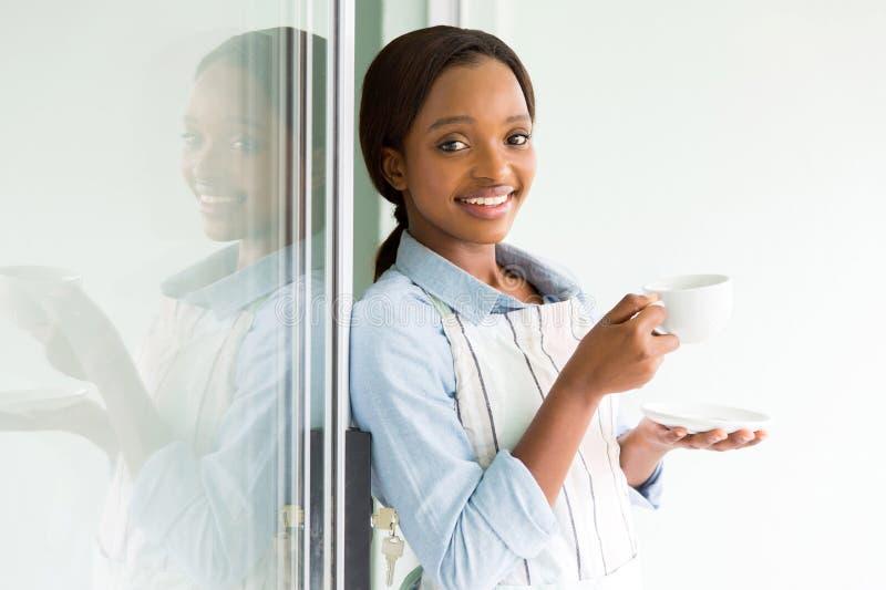 Dona de casa que come o café fotos de stock royalty free
