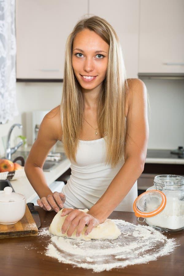 Dona de casa que cozinha com massa imagens de stock