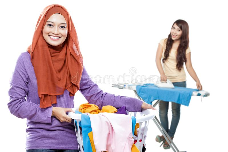 Dona de casa que faz alguma lavanderia fotografia de stock